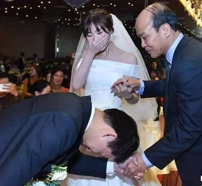 """Câu chuyện xúc động trong một đám cưới: """"Người đầu tiên nắm tay cô ấy là tôi, không phải cậu"""""""