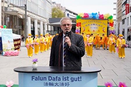 Nhà ngoại giao Đức Michael Gahler phát biểu tại sự kiện mừng ngày Pháp Luân Đại Pháp thế giới 13/5, được tổ chức tại Frankfurt, Đức, ngày 8/5/2021 (ảnh: Nguyện Ước).