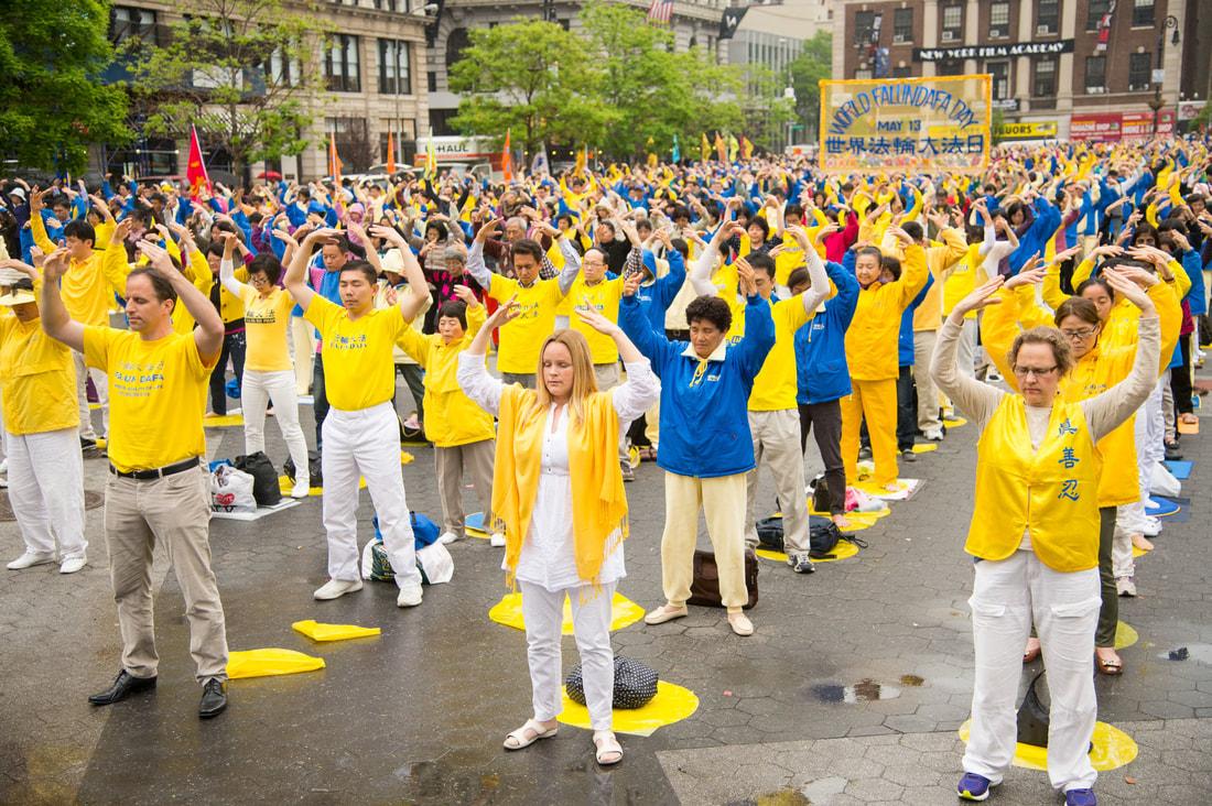 Các học viên Pháp Luân Công luyện công tại Quảng trường Union, Manhattan, Hoa Kỳ, ngày 15/5/2014 (ảnh: Minh Huệ).