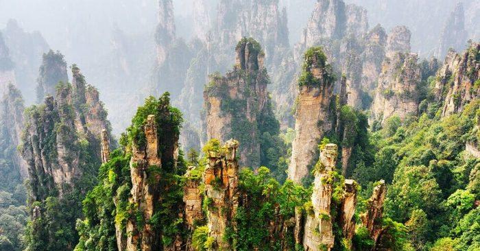 Thiên Tử Sơn là một khu vực núi đá thuộc khu danh thắng Vũ Lăng Nguyên, nằm trong khu vực công viên rừng quốc gia Trương Gia Giới, Trung Quốc. Với chiều dài khoảng 40km và che phủ rộng 5400ha, Thiên Tử Sơn là một khuôn viên rộng lớn, với những dãy núi trù phú uốn lượn chạy dài.
